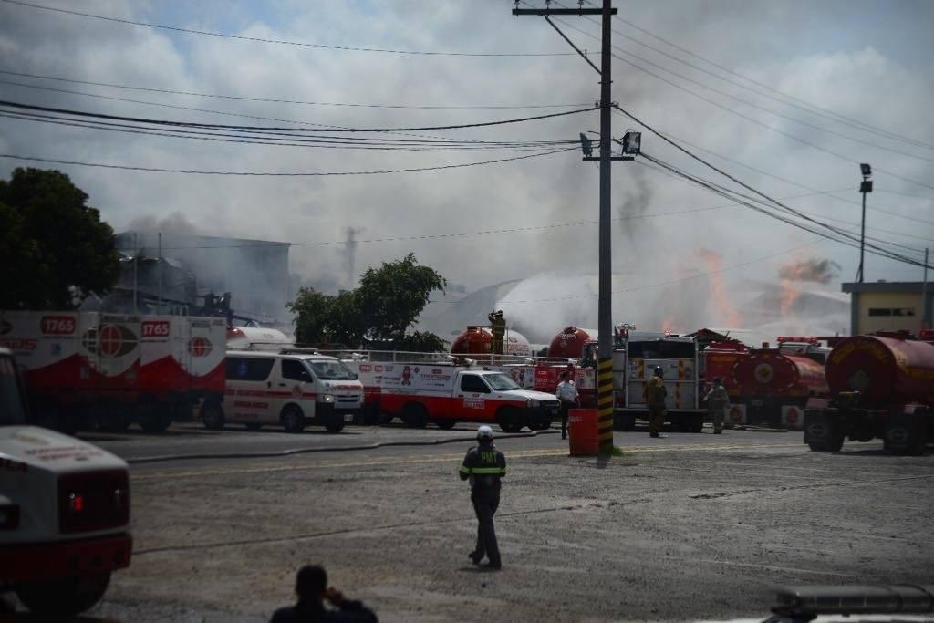 Columnas de humo blanco salieron por el incendio en la planta de gas. Foto: Alejandro García