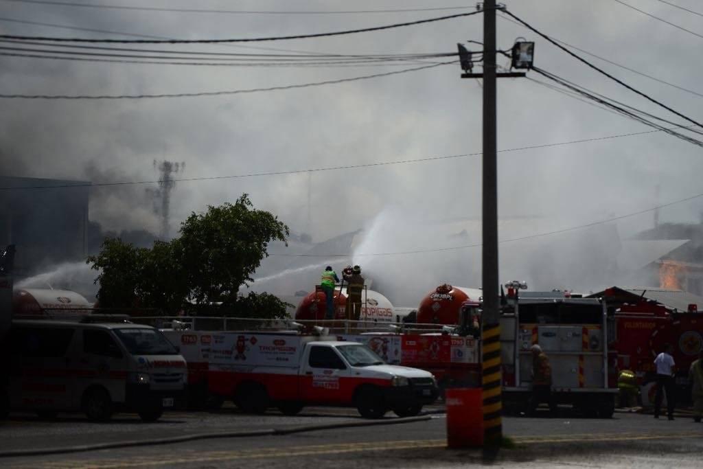 Más de 200 bomberos atendieron la emergencia por la explosión de gas. Foto: Alejandro García