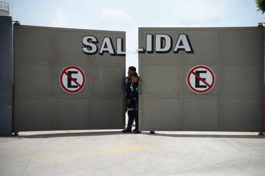 Los guardias de seguridad de la empresa de gas cerraron las puertas de salida. Foto: Alejandro García