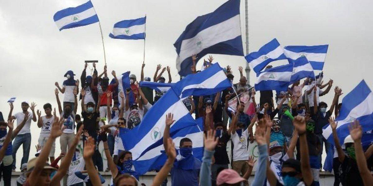 Miles de nicaragüenses marchan a favor y en contra del gobierno