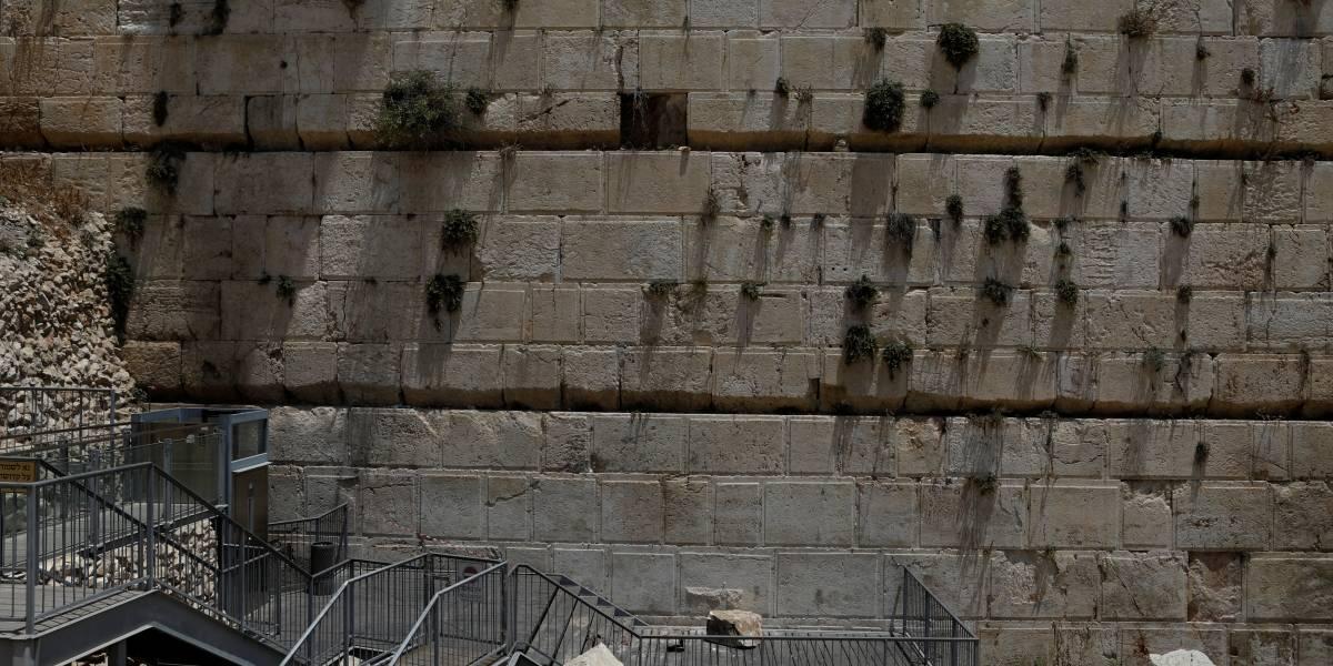 Pedra de 100 kg desaba em área de orações do Muro das Lamentações