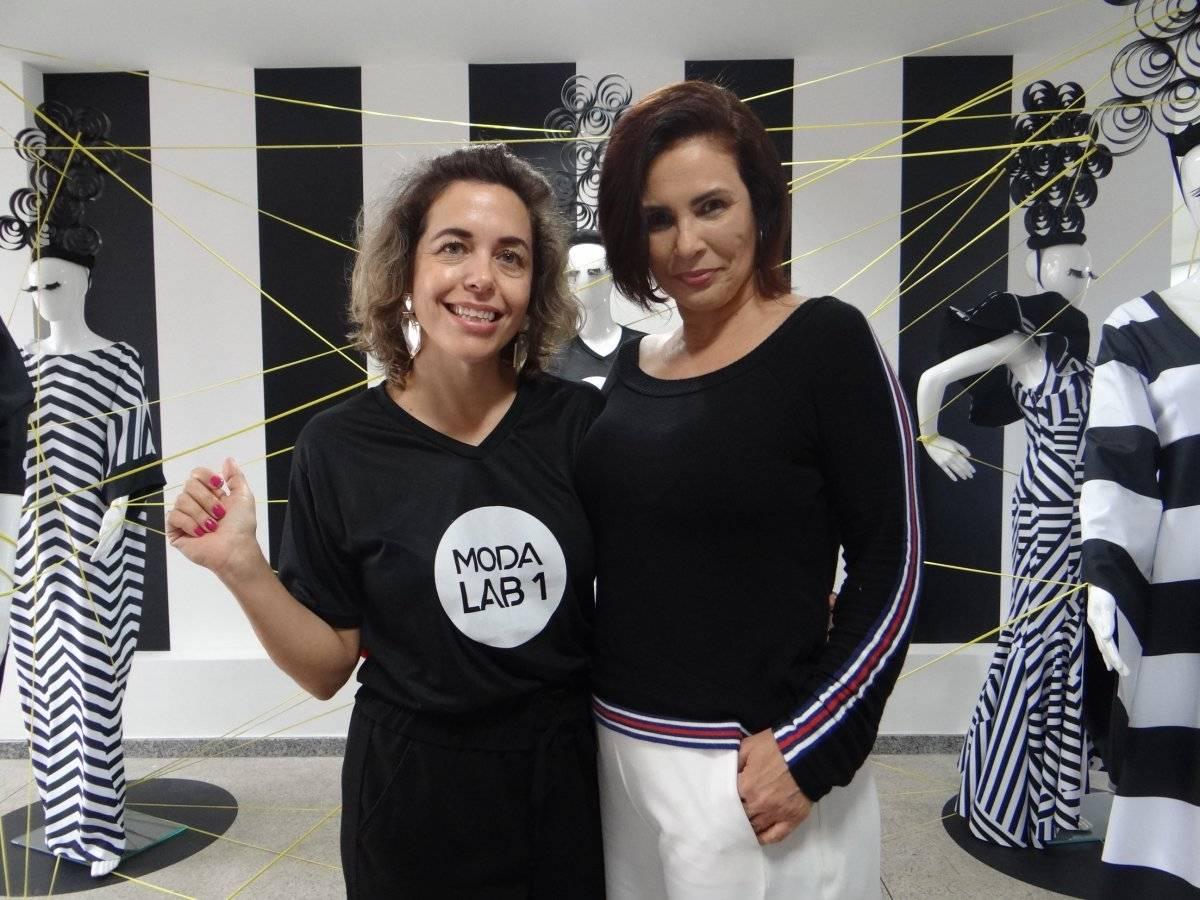 A curadora Rosa-Nina Liebermann com a estilista e pesquisadora de tendência Claudia Manhães, que ministrou palestra sobre moda e mídias digitais no ModaLab 1, em Vila Velha / Divulgação