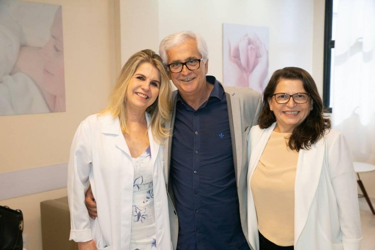A ginecologista Soraya Manato com os diretores do Hospital Metropolitano Remegildo Gava Milanez e Lia Canedo, durante a inauguração do novo centro de parto humanizado da unidade sobre moda e mídias digitais no ModaLab 1, em Vila Velha / Divulgação
