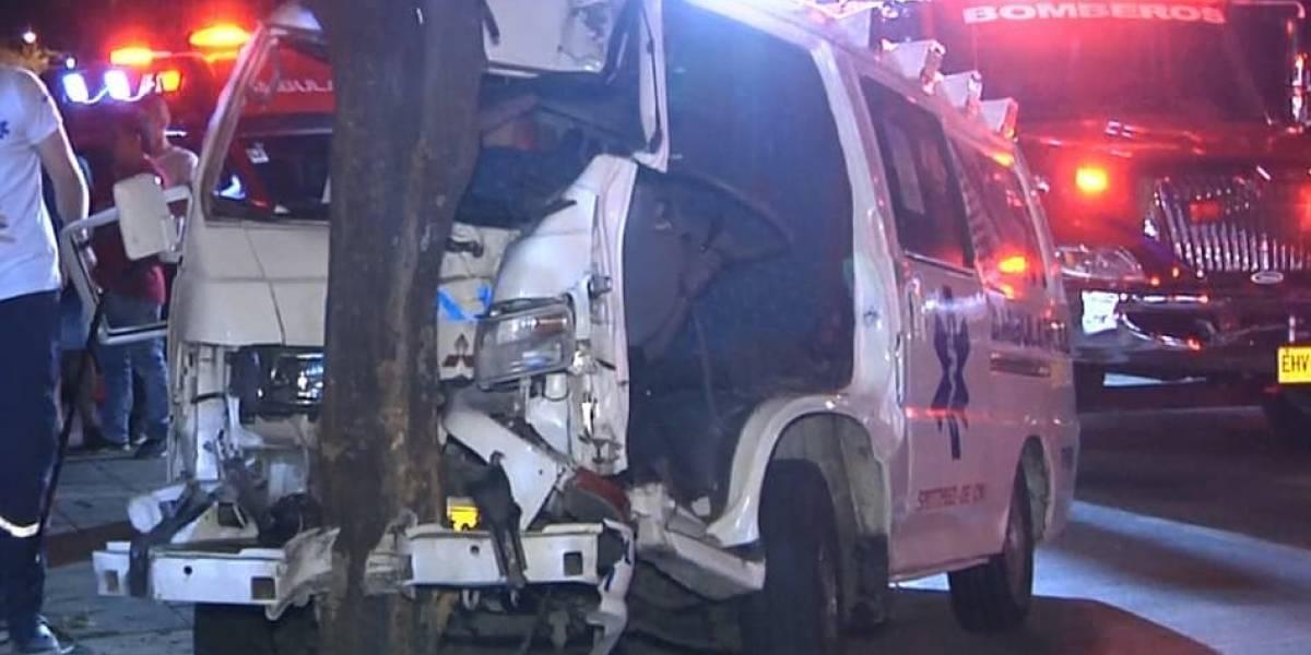 Mecánico salió a 'dar un paseo' en una ambulancia y sufrió grave accidente