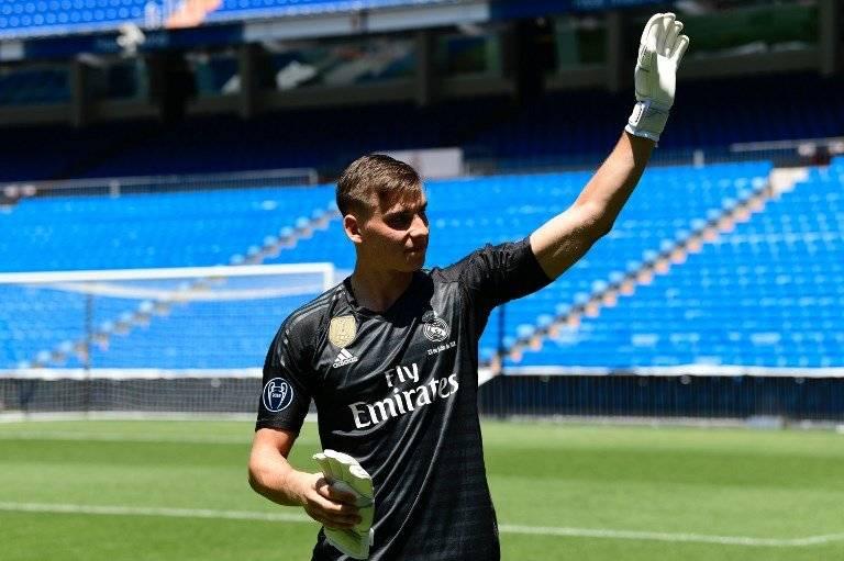 Andriy Lunin en su presentación en el Santiago Bernabéu
