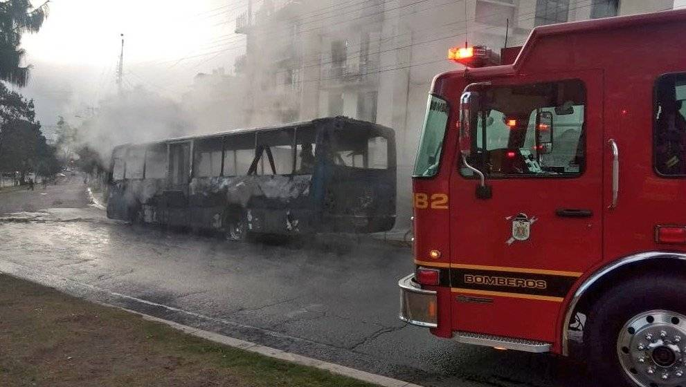 Quito: Se registró incendio vehicular en el sector de Miraflores BOMBEROS QUITO