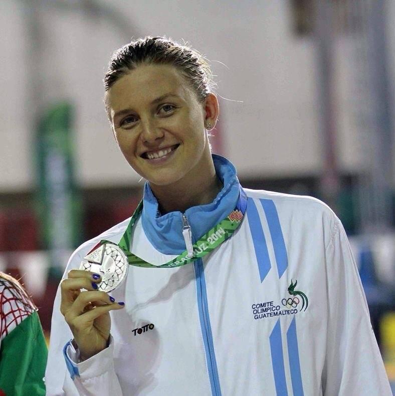 Morales muestra una medalla de plata conseguida en una competencia