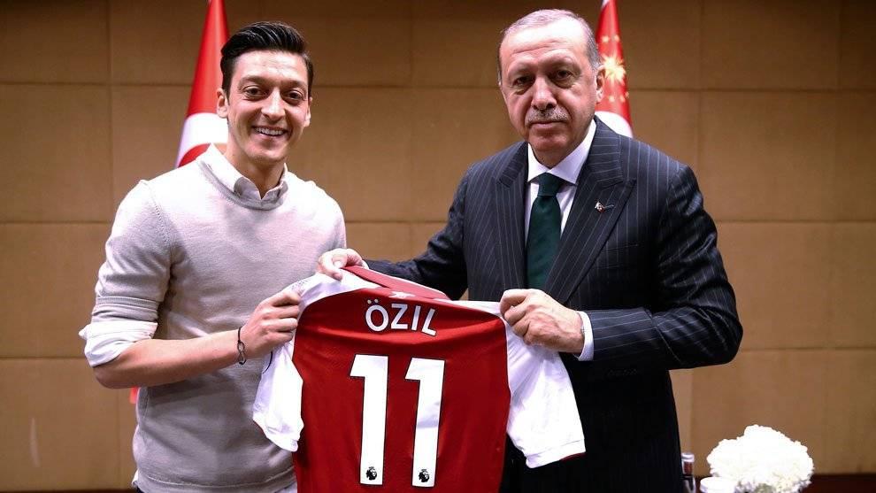 Özil junto al presidente de Turquía Recep Tayyip Erdogan