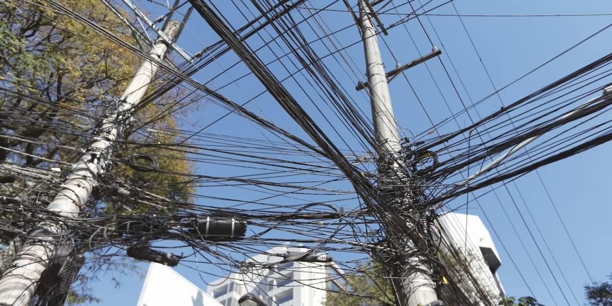 Teles dizem que vão regularizar emaranhado de fios em postes