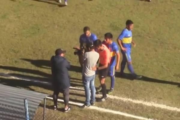El momento en que el árbitro Albert Alarcón revisó el registro de un fotógrafo para tomar su decisión / Foto: Captura TVD Abancay