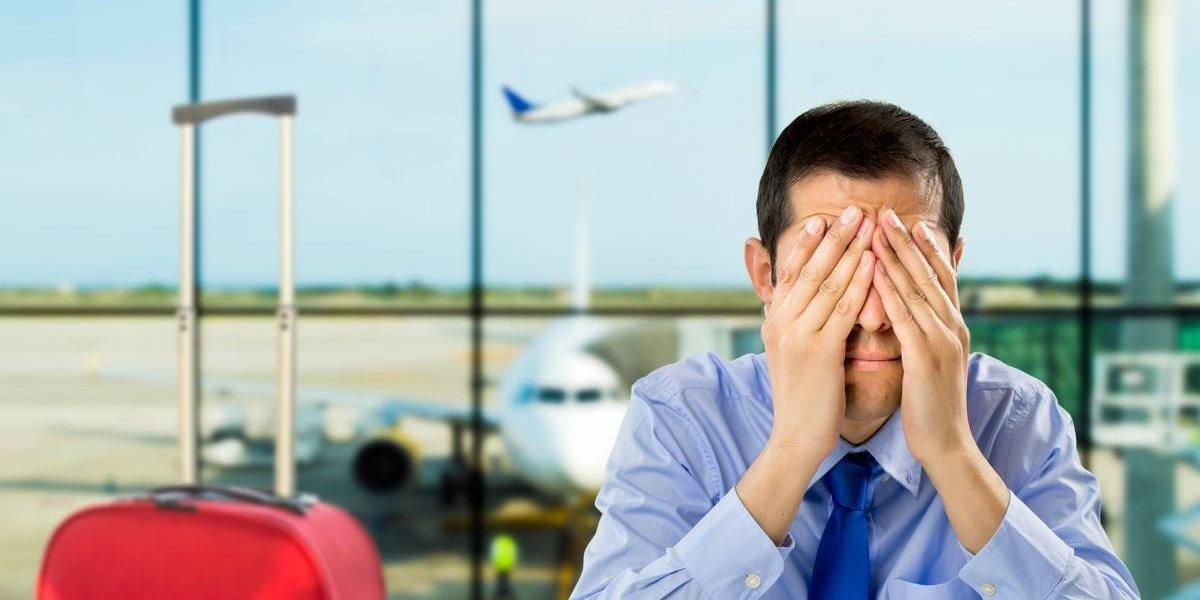 Iba atrasado a tomar un vuelo y llamó para decir que había una bomba en el avión