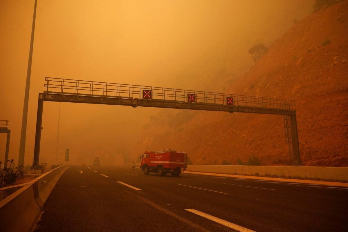 Fumaça cobre rodovia durante incêndio florestal em Kineta, próximo à Atenas, Grécia Alkis Konstantinidis/Reuters