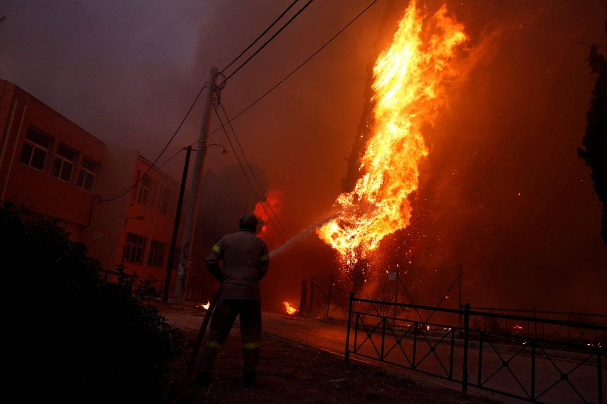 Bombeiro tenta extinguir um incêndio florestal na cidade de Rafina, perto de Atenas Costas Baltas/Reuters