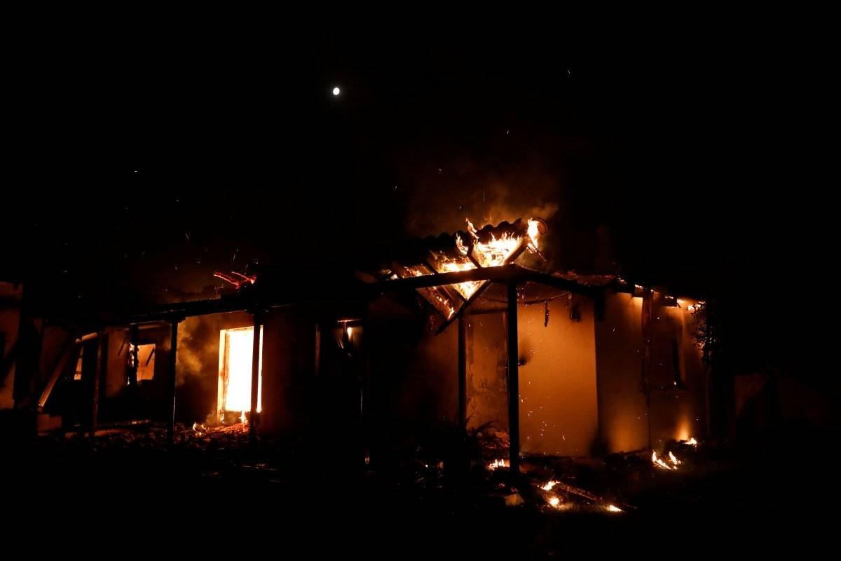 Casa queimando por conta do incêndio violento em Mati, na Grécia Alkis Konstantinidis/Reuters