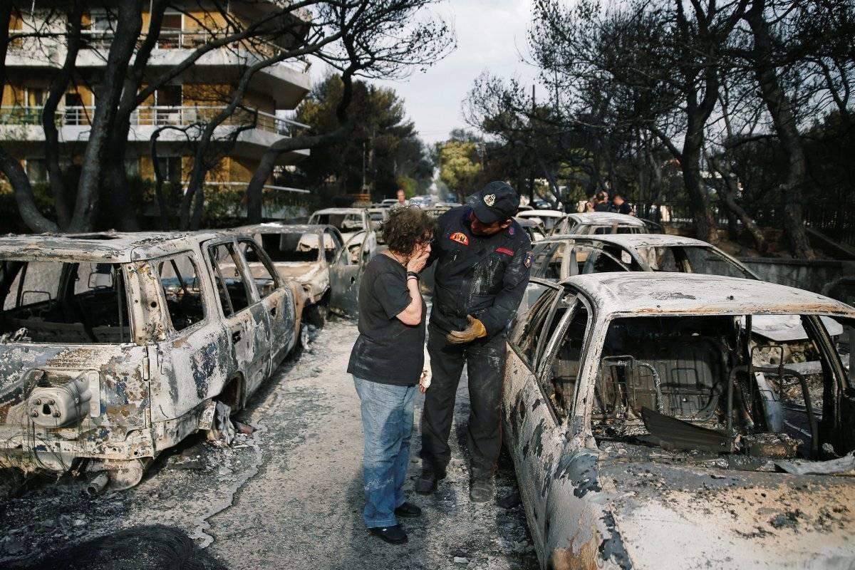Mulher chora enquanto tenta encontrar seu cachorro, após um incêndio em Mati (cerca de 30 km de Atenas), na Grécia Costas Baltas/Reuters