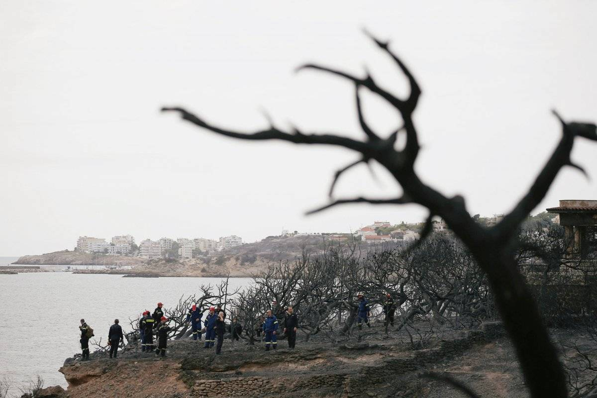 Bombeiros procuram pessoas desaparecidas após incêndio em Mati, na Grécia Costas Baltas/Reuters