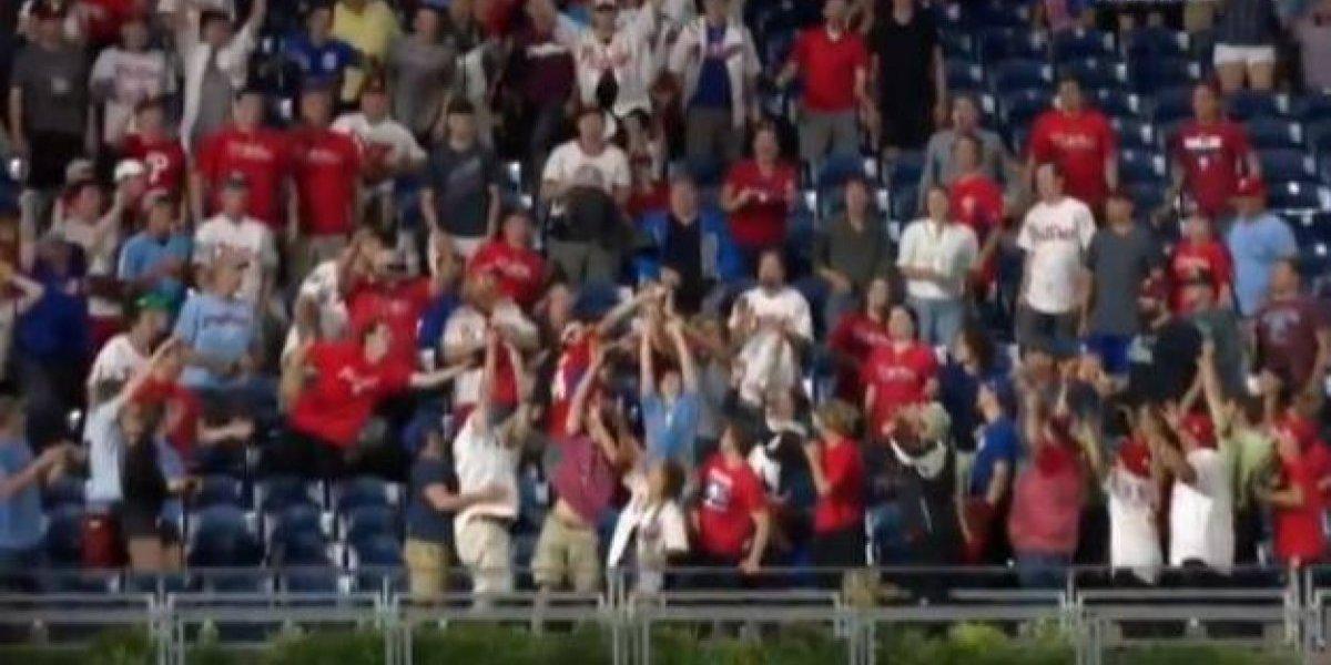 VIDEO: Aficionado atrapa pelota de béisbol con bebé en brazo