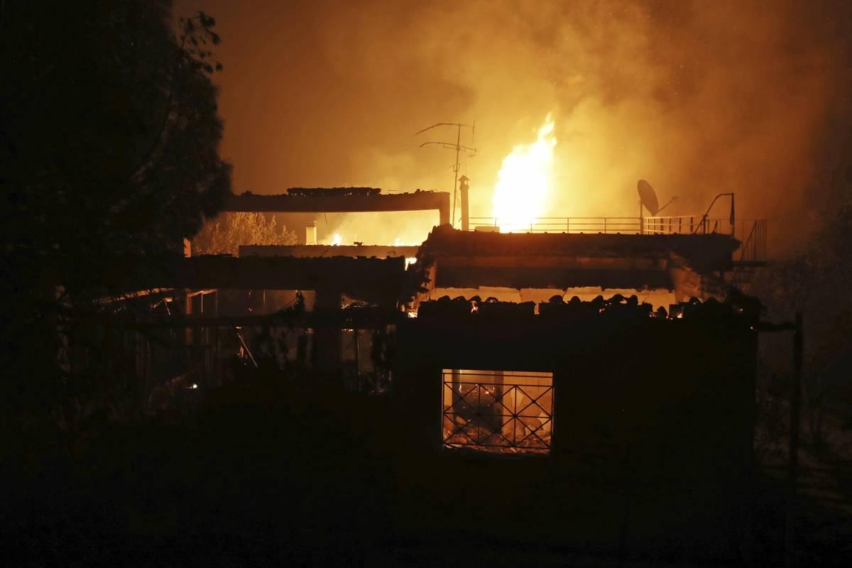 Una casa arde en la localidad de Mati, al este de Atenas, el 23 de julio de 2018. (AP Foto/Thanassis Stavrakis)