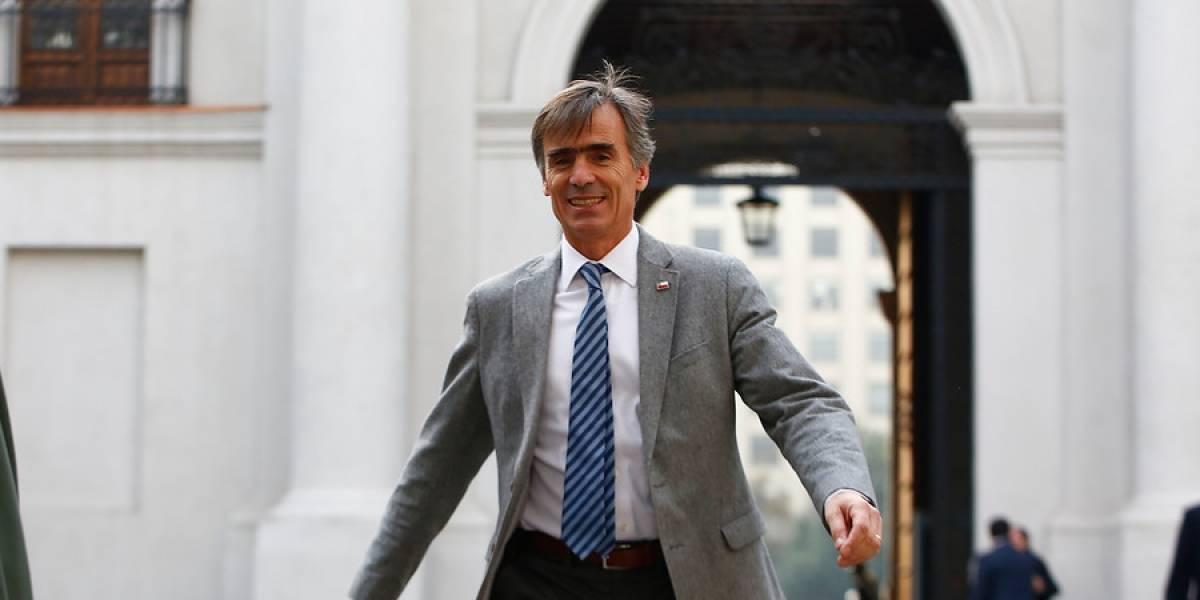 """""""¿Tiempos Mejores?"""": ministro de Economía recomendó a los inversionistas sacar su dinero de Chile y Twitter lo tapó con críticas"""