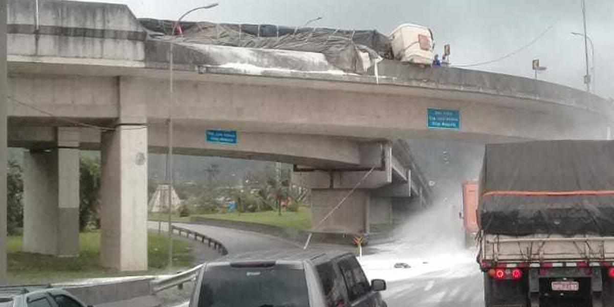 Caminhão tomba em viaduto em Cubatão, na Baixada Santista