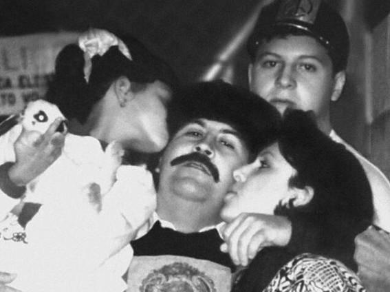 Escobar junto con su esposa e hijos en el interior de la cárcel La Catedral