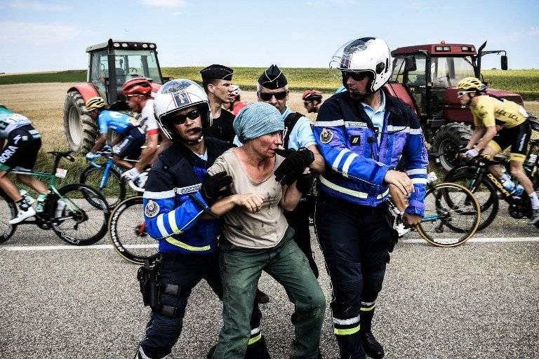 Uno de los manifestantes es detenido por la seguridad