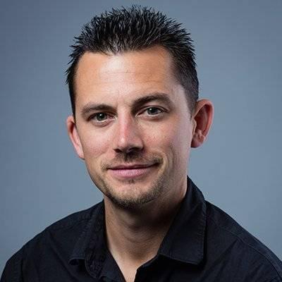 Nolan Higdon, profesor de Historia y Estudios de Medios en la California State University, East Bay.