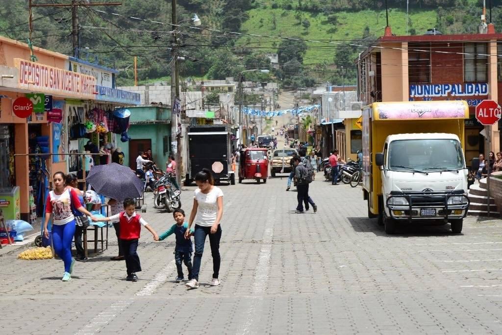 Cansados de tanta violencia y criminalidad, los vecinos de San Vicente Pacaya se organizaron para patrullar las calles. Foto: Alejandro García
