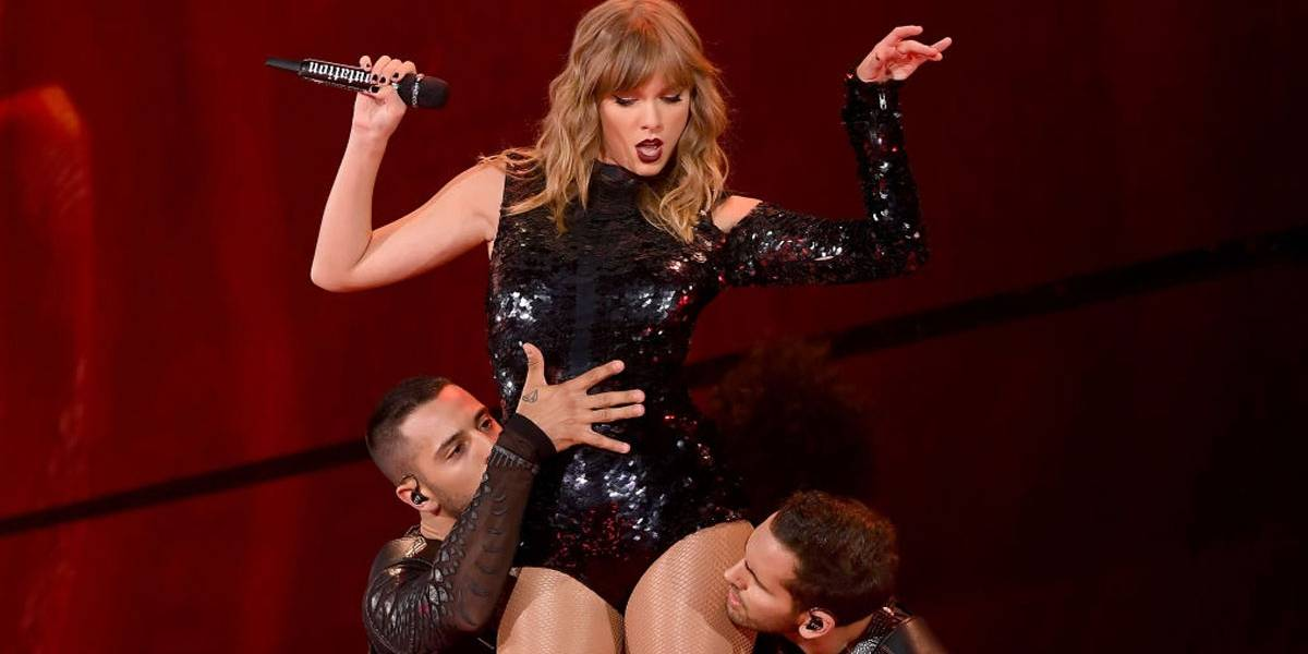 VÍDEO: Taylor Swift faz visita surpresa e canta em noivado de fã