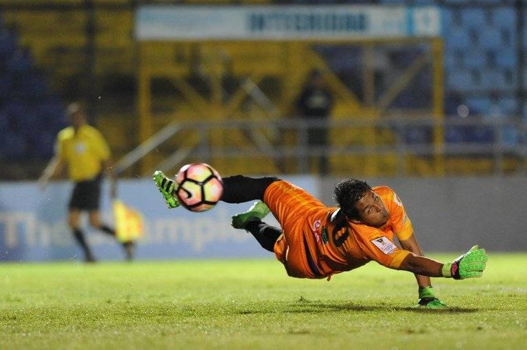Bolívar desvía un balón durante un partido de Antigua en Concachampions