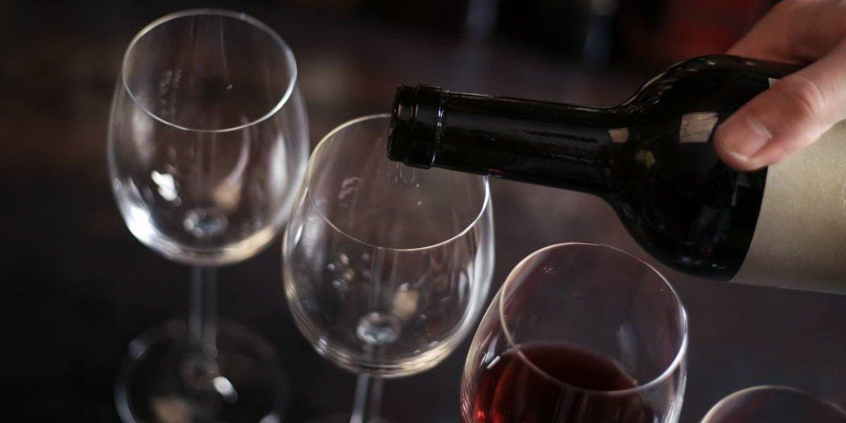 """Las llenaba con embudo: enólogo top vendía botellas de vino por más de dos mil dólares luego de rellenarlas con """"tinto de garrafas"""""""