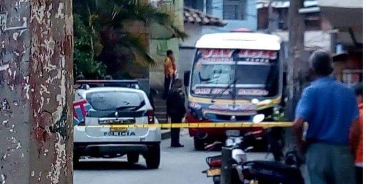Un hombre fue asesinado por sicarios en un bus de transporte público