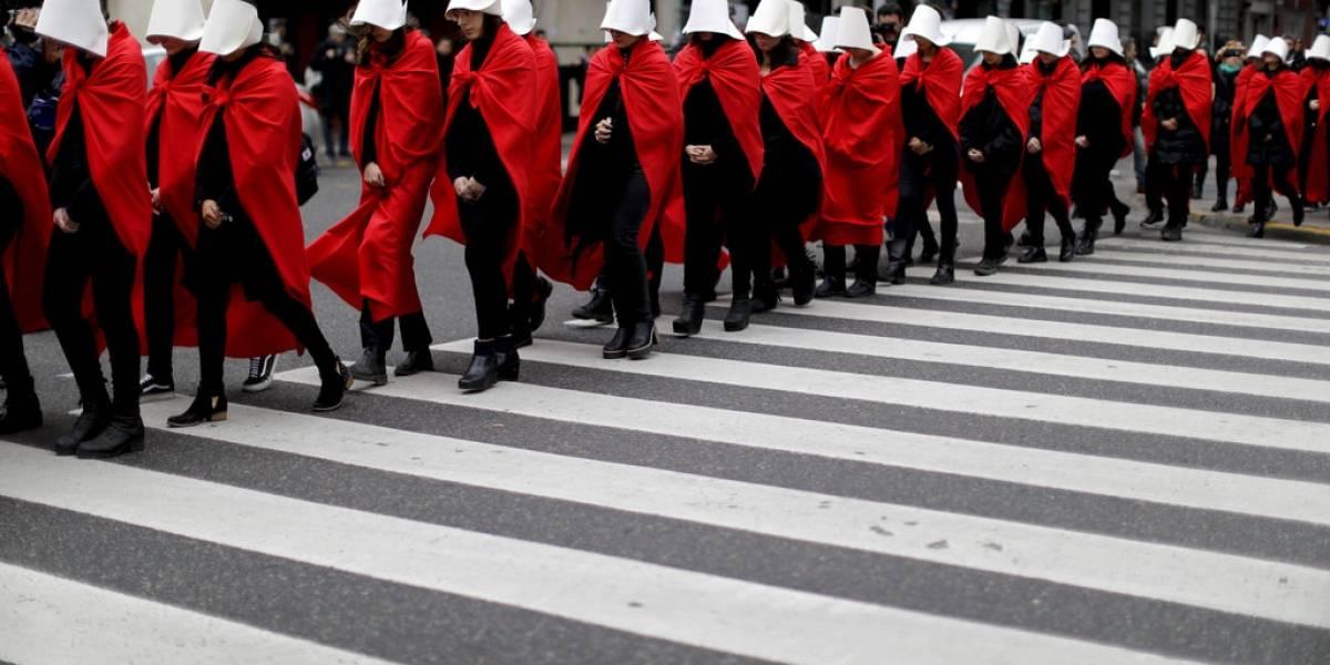 "Protestan por aborto legal como criadas ""The Handmaid's Tale"""