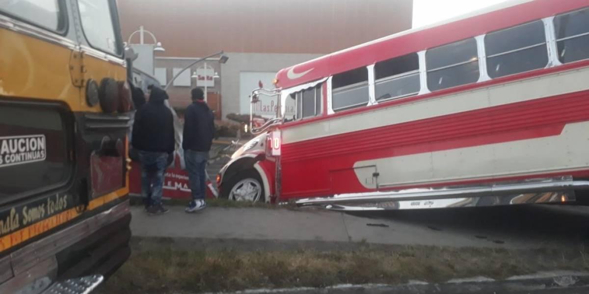 Bus se empotra en centro comercial de Villa Nueva