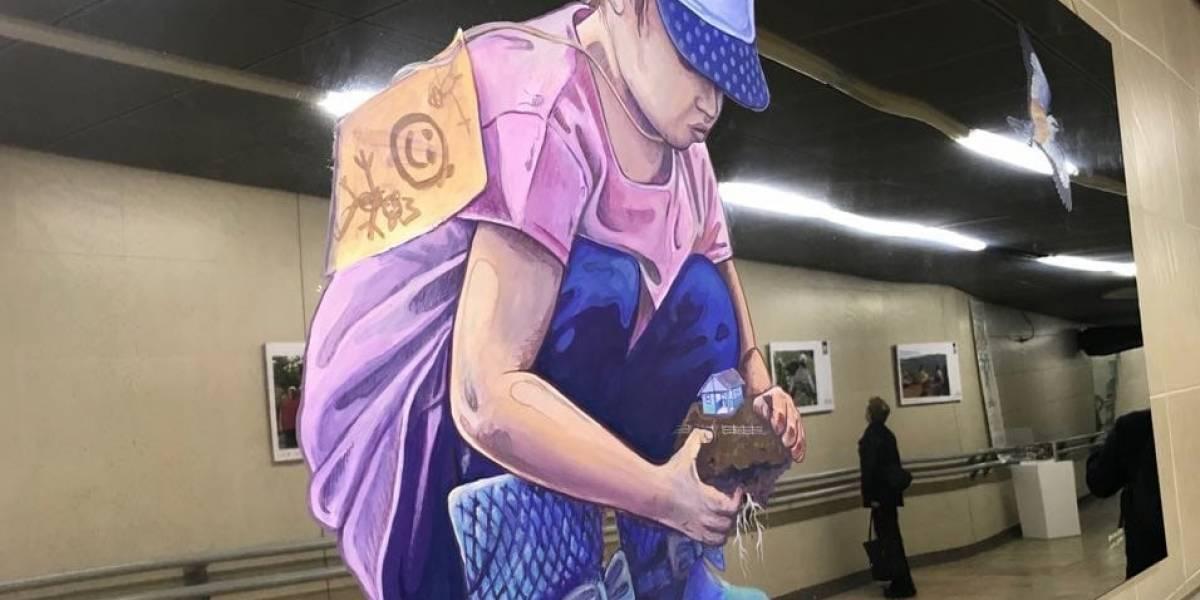 'Huellas y Rostros', la exposición en TransMilenio donde las víctimas de la guerra son protagonistas