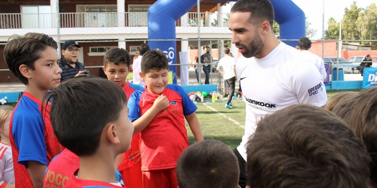 Los pequeños futbolistas juegan al lado de Dani Carvajal en Guatemala