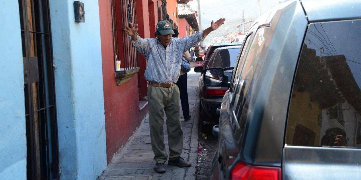 Municipalidad de Antigua Guatemala trabaja en un plan de ordenamiento ante el cobro de cuidadores de carros