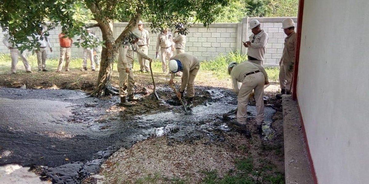 Petróleo brota en patio de escuela en Tamaulipas