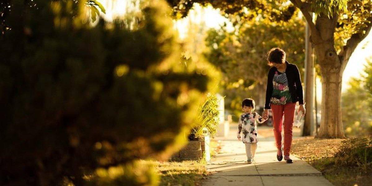 10 conductas que te están convirtiendo en una madre sobre protectora