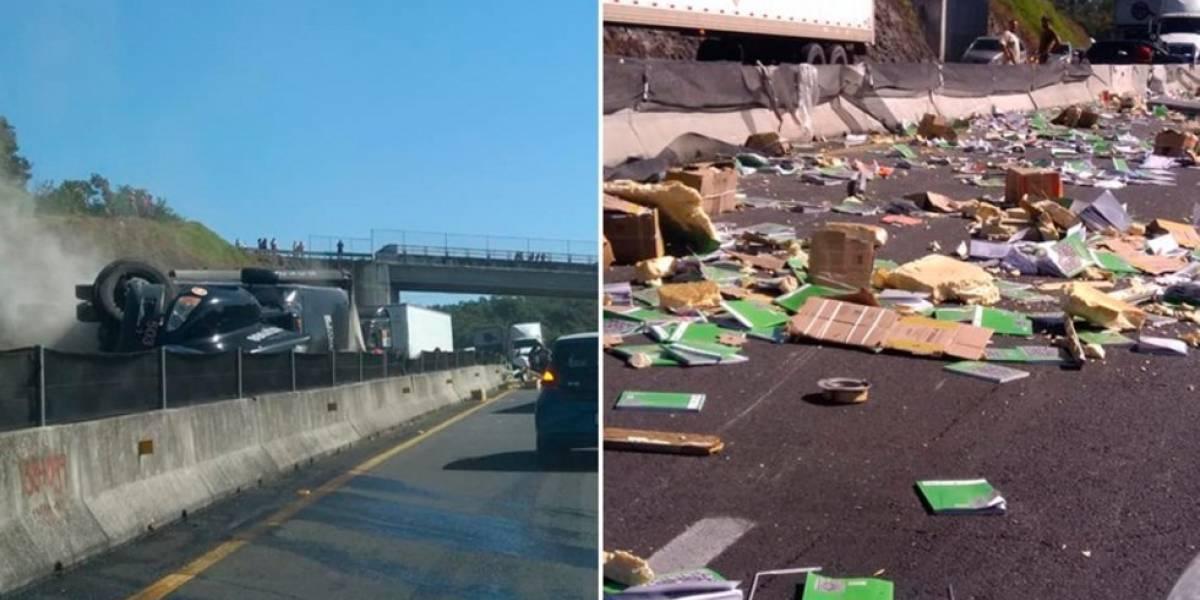 Veracruz: Vuelca camión con libros y se salva de saqueos