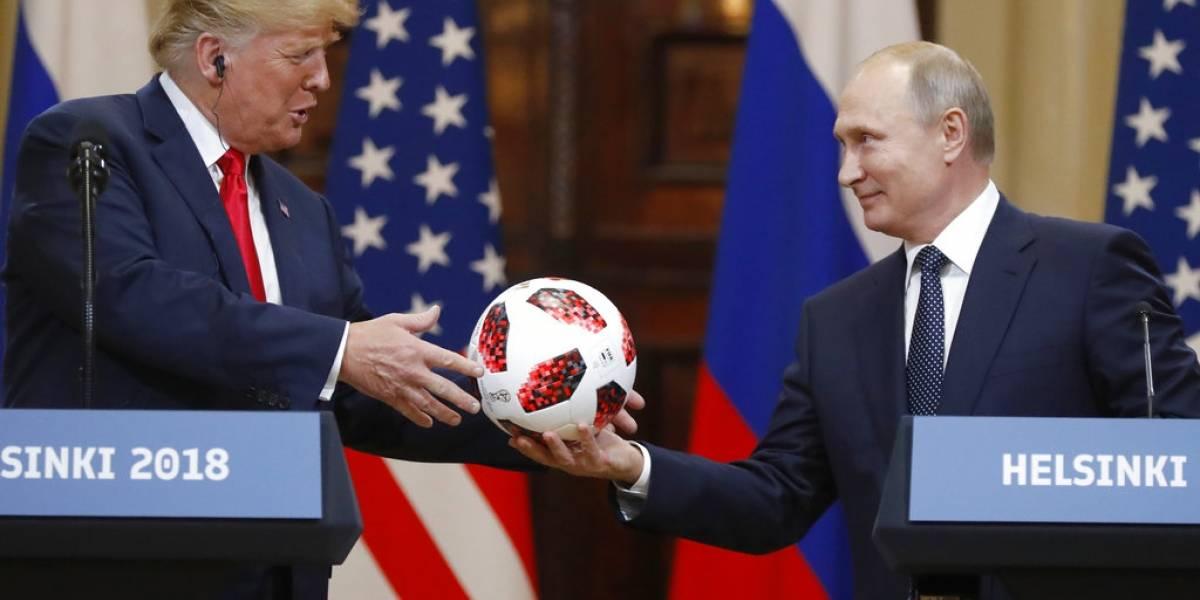 La increíble trama de espionajes, temores y conspiraciones detrás del balón de fútbol que Putin regaló a Trump