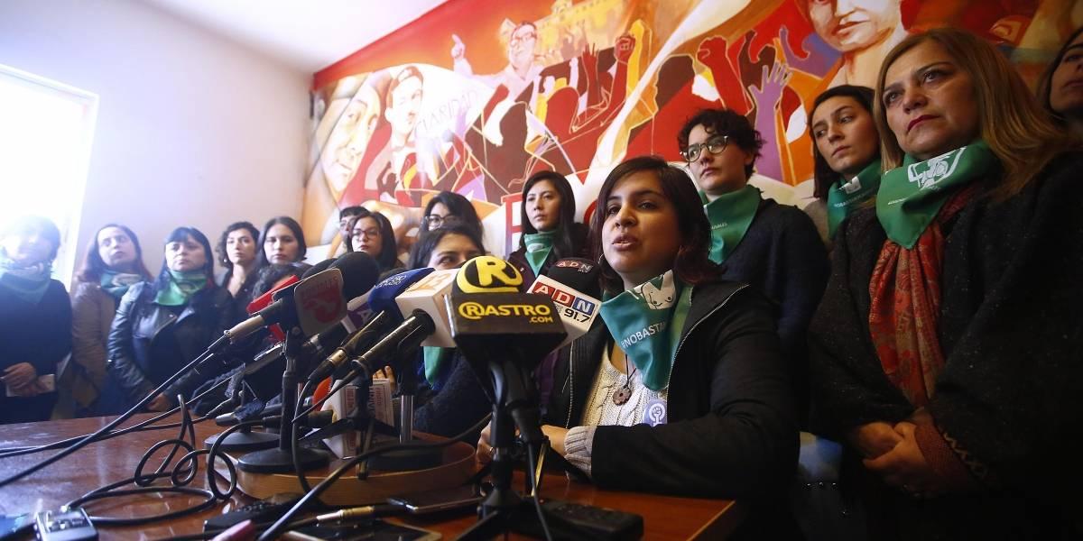 Marcha por aborto libre: feministas culpan a encapuchados que encendían barricadas de ataque a mujeres