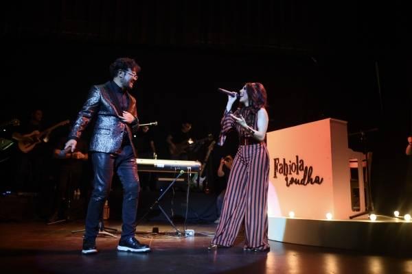 Fabiola Roudha con Aleks Syntek