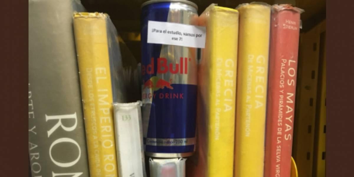 """""""¡Vamos por ese 7!"""": dejó latas de una bebida energética en la biblioteca de la U. de Talca para """"ayudar"""" a los compañeros a estudiar"""