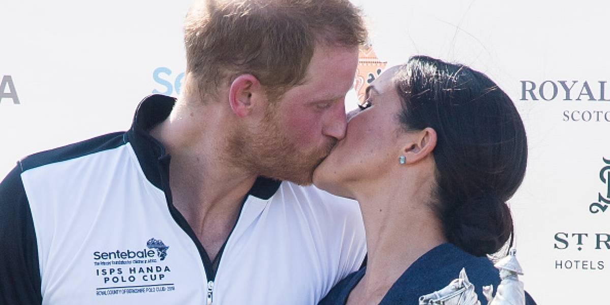 ¡Adiós al protocolo! Así fue el apasionado beso de Harry y Meghan tras la victoria en el polo