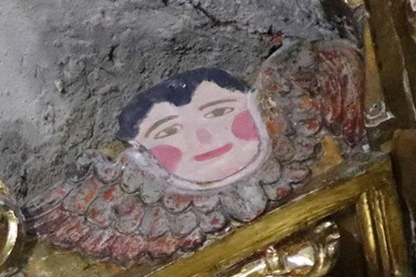 Una escultura de ángel desaparecida del retablo del altar mayor de la Parroquia de San Sebastián fue sustituida hace años por un malogrado dibujo