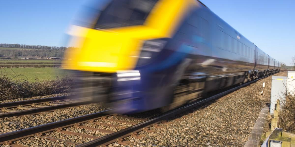 Un policía salvó a un hombre de ser arrollado por un tren