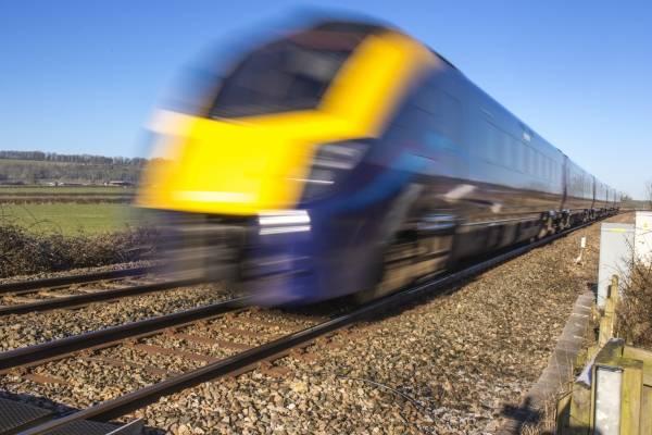 tren policía salva la vida de un hombre
