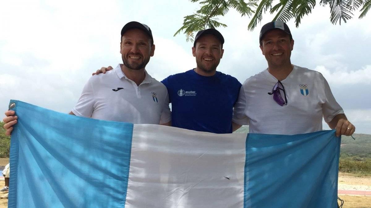Los hermanos Brol lucen la bandera de Guatemala