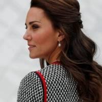 Kate Middleton aparece fabulosamente sombria em um casaco militar
